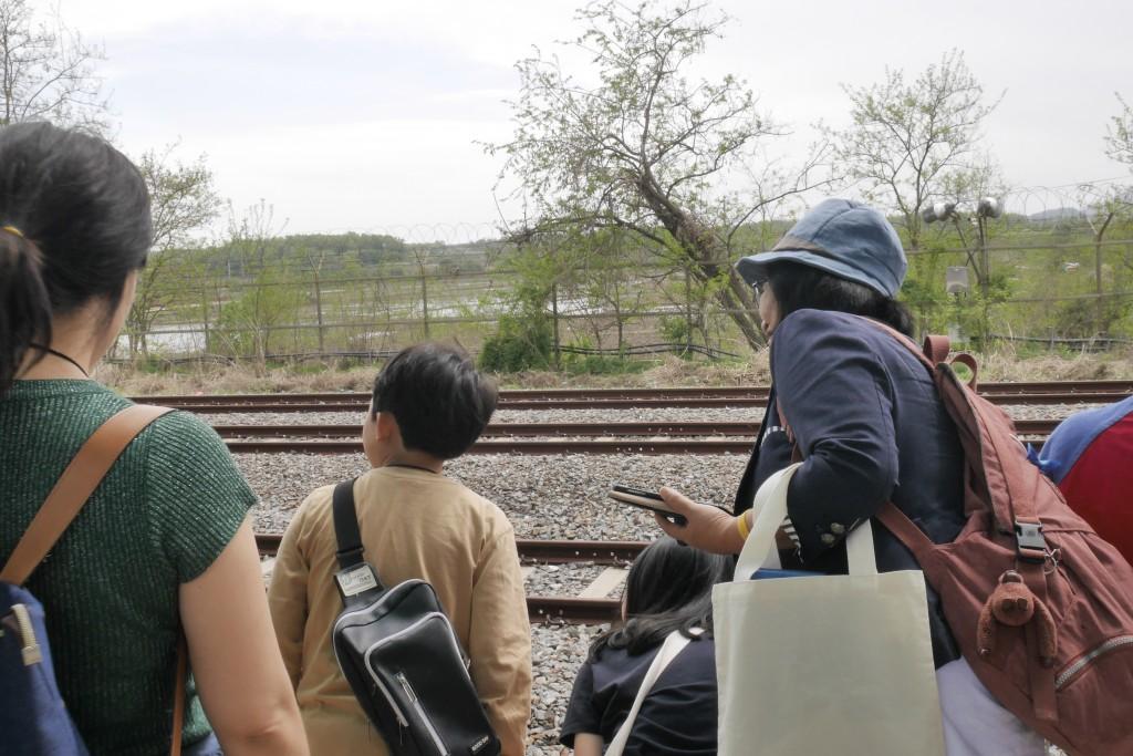 오지않는 열차를 기다리는 참가자들