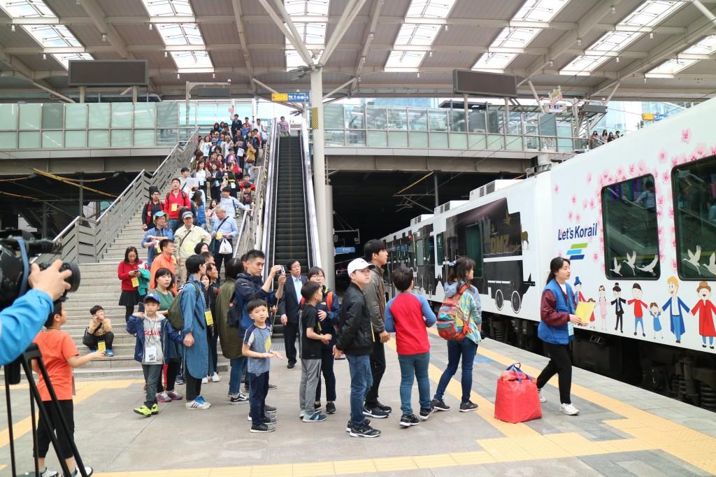DMZ열차 탑승을 위해 이동중인 참가자들