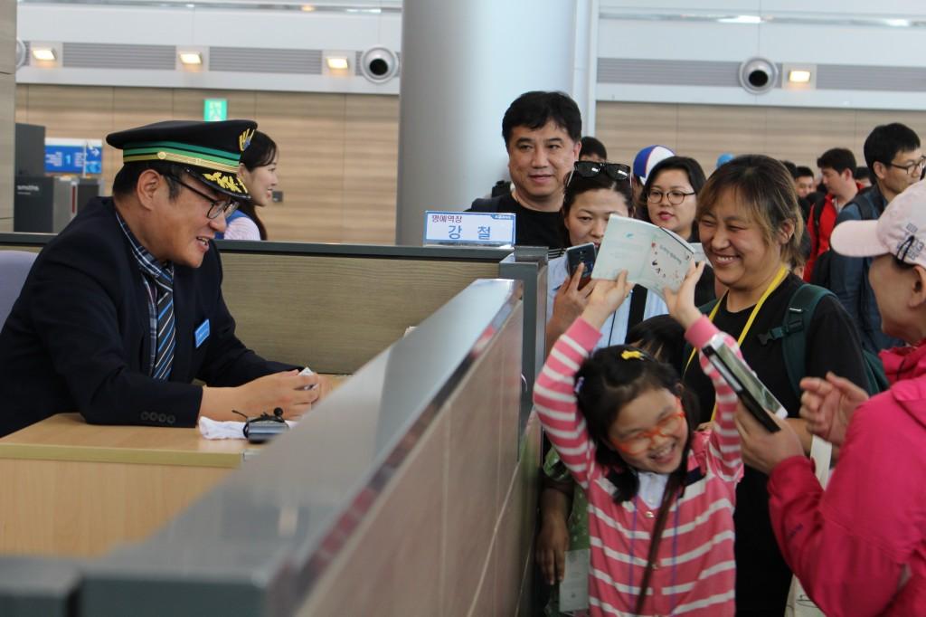 출국도장을 받은 뒤 신난 참가자 모습