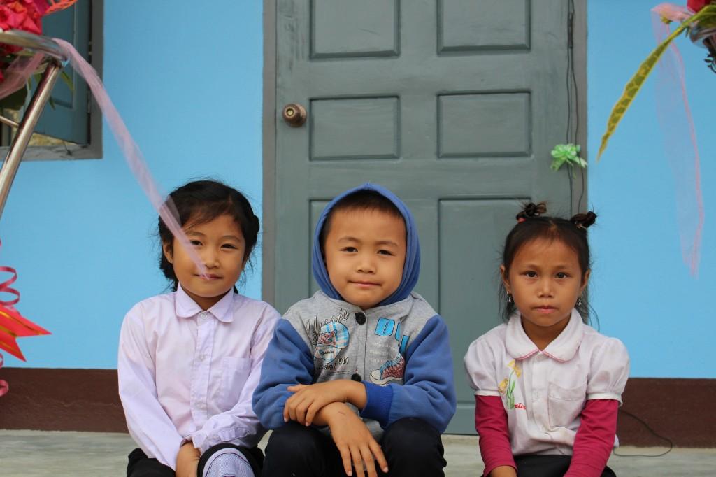 학교 앞에 앉아있는 학생들