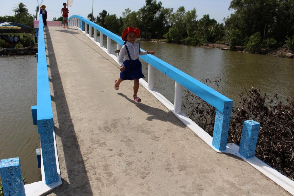 '희망의 다리'를 건너는 아이의 즐거운 모습