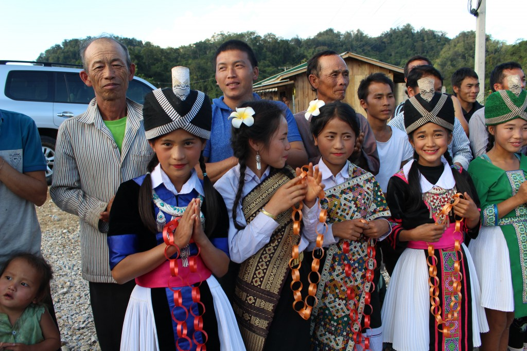 몽족 전통 의상을 입은 아이들