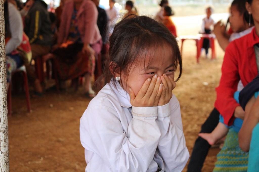 수줍어하는 몽족 어린이